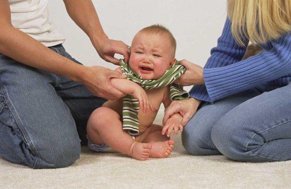 لباس پوشاندن به نوزاد